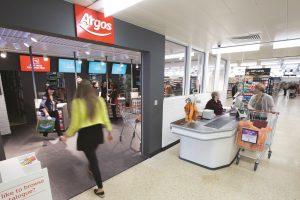 """argos sainsburys 300x200 - La montée en puissance des """"shop in shop"""""""